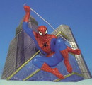 Figura estatua spiderman edificio on the prowl